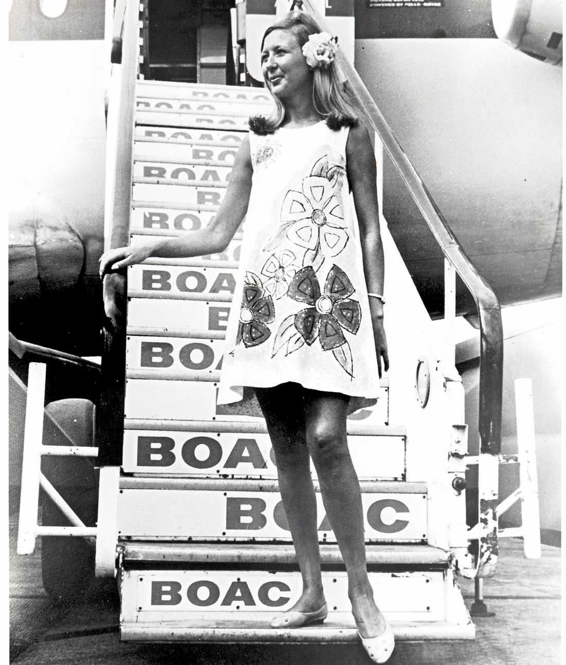 """1967 introducerades denna """"Paper dress"""" som skulle spegla tidsandan och dess """"flower power"""". Denna uniform användes endast på flygningar mellan New York och Karibien."""