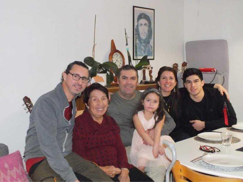 """Familjen Celis i Visby är inställda på att bara fira med de allra närmaste. """"Årets julfirande blir lugn med vila och mat, kolla på filmer och spela musik"""", säger Paulo Celis, längst till vänster i bild. Bredvid honom sitter (från vänster) Adriána Rodriguez, Luis Saavedra, Anais Saavedra, Carolina Aeschlimann och Elian Aeschlimann."""