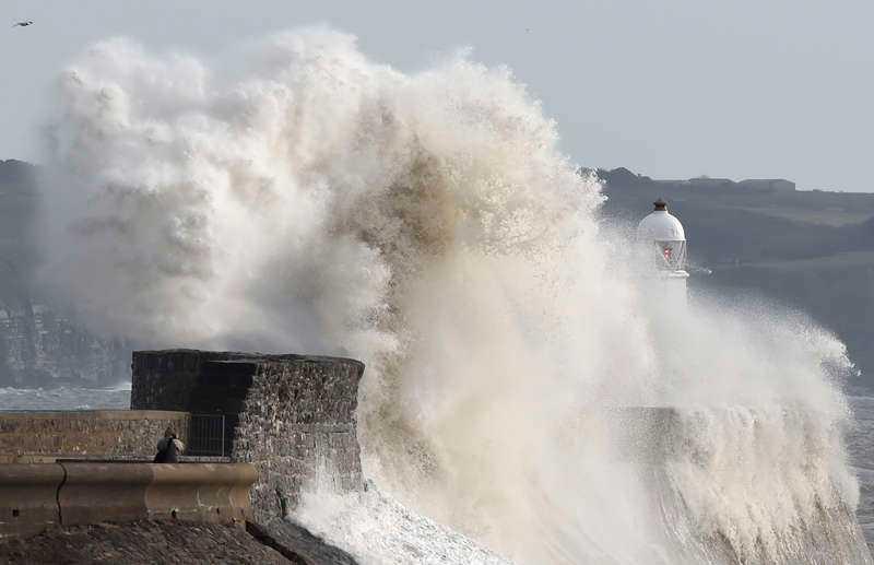 Höga vågor slog in mot kusten i Porthcawl i Wales när Rachel slog till mot Storbritannien.