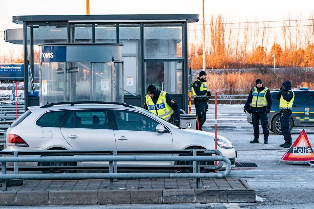Polis och passkontrollanter på plats vid gränskontrollen efter betalstationen på Lernacken på den svenska sidan av Öresundsbron. Arkivbild.