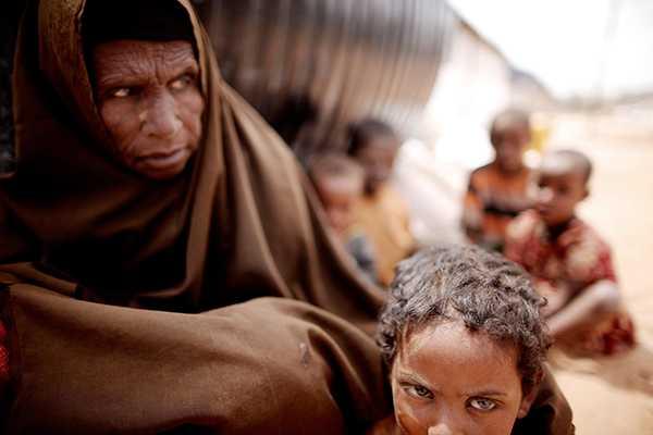 Flyktingar i lägret i Dadaab i nordöstra Kenya. Torkkatastrofer leder till ökad migration. Men de allra svagaste blir kvar, skriver debattören.