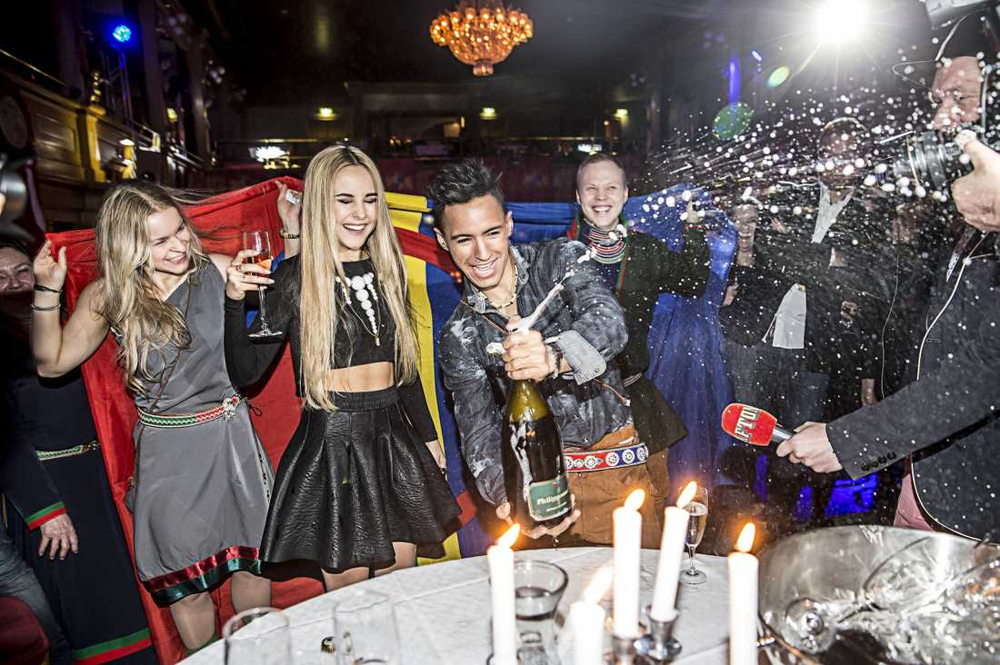 SKRÄLLDE IHOP Isa Tengblad och Jon Henrik Fjällgren firade att de båda går direkt vidare till finalen i Melodifestivalen.