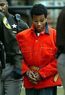 AP Lee Boyd Malvo förs in till rättegången.