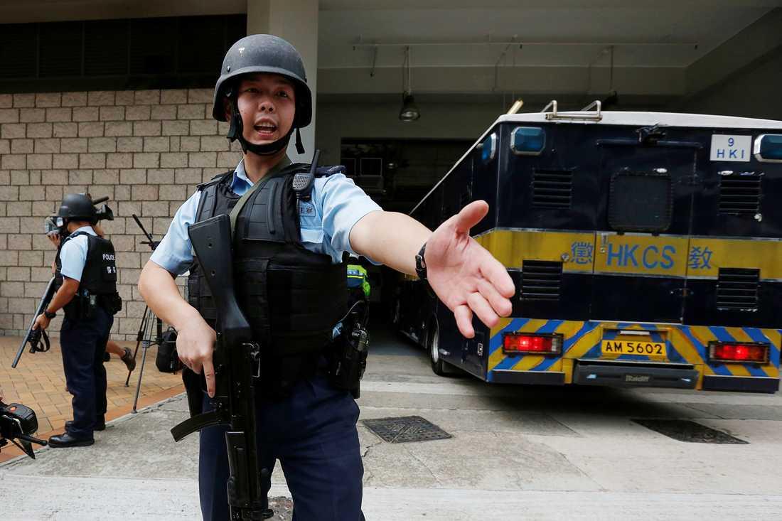 Beväpnad polis vaktade ingången till domstolen när karavanen i vilken den misstänkte mördaren färdades anlände.