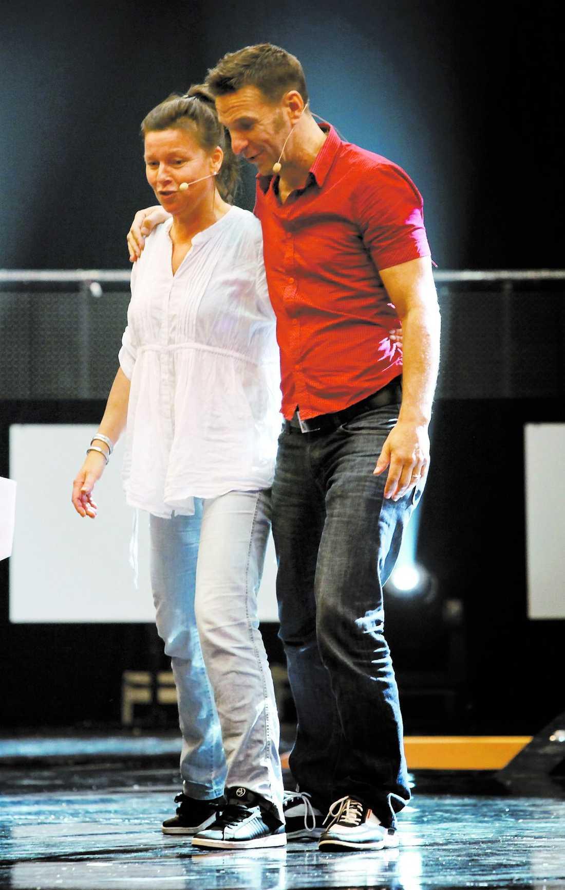 """Lotta Engberg och Anders Lundin håller om varandra under repetitionerna inför kvällens tv-gala. """"Vi har hållit kontakten hela tiden i sommar"""", säger Lotta."""