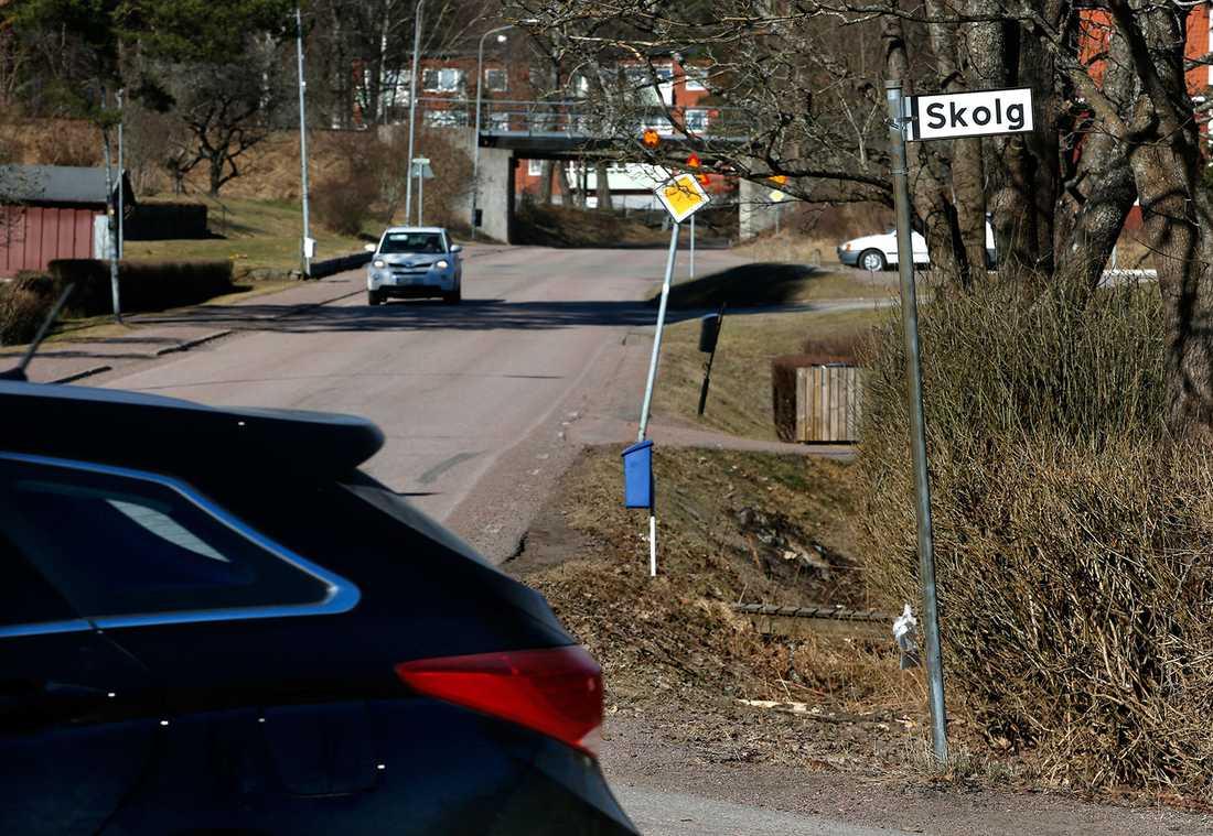 Här, på Skolgatan i Molkom, gick den 15-åriga flickan i går kväll när fyra män körde upp jämsides och drog in henne i bilen.