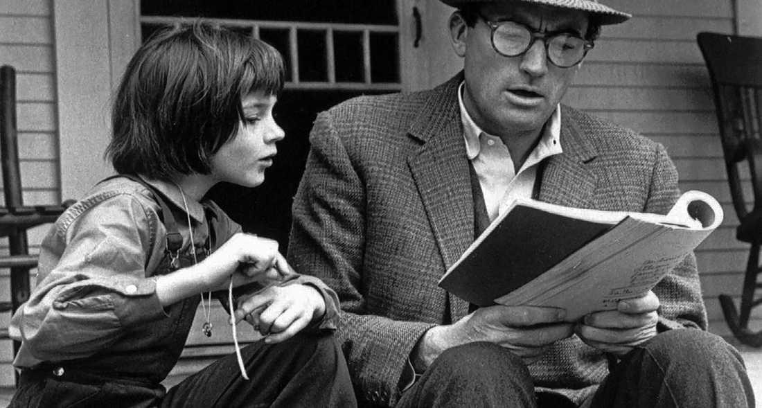 """Scout Finch (Mary Badham) i """"Att döda en härmtrast"""" –en klassisk pojkflicka. Här med pappa Atticus Finch (Gregory Peck)."""