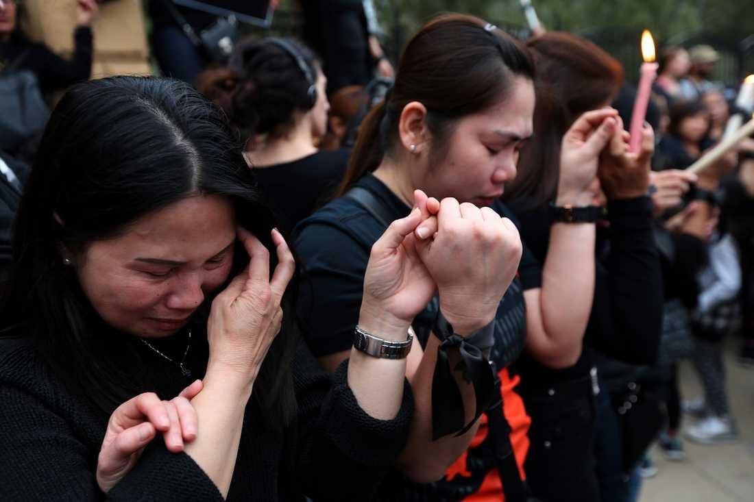 Personer sörjer offren utanför presidentpalatset.