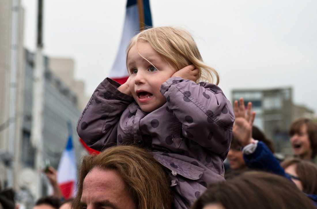 Vid Bastillen firar Francois Hollande anhängare.