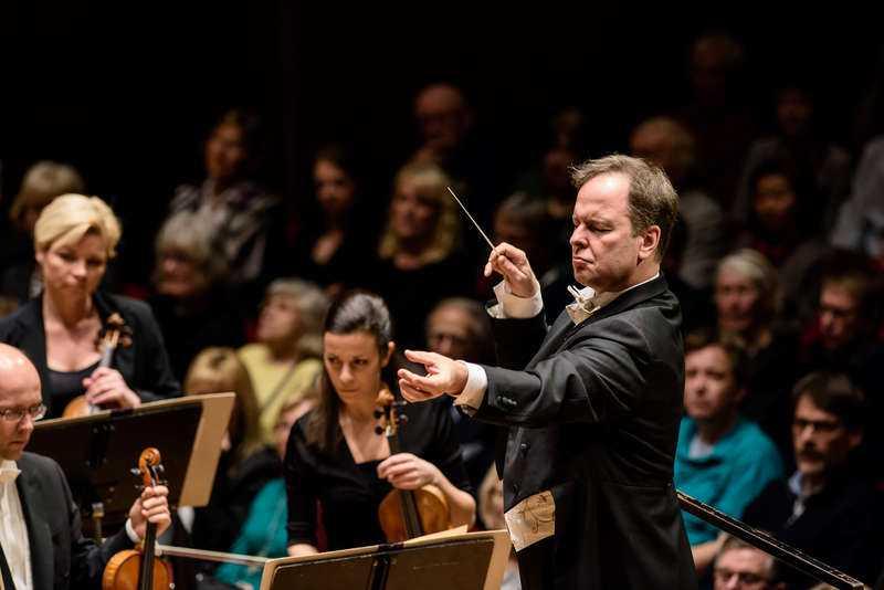 Tyskvänliga Kungliga Filharmonikerna under ledning av dirigenten Sakari Oramo på Stockholms konserthus. Säsongen 2014-2015 slog orkestern rekord i antal timmar spelad musik komponerad i Tyskland.