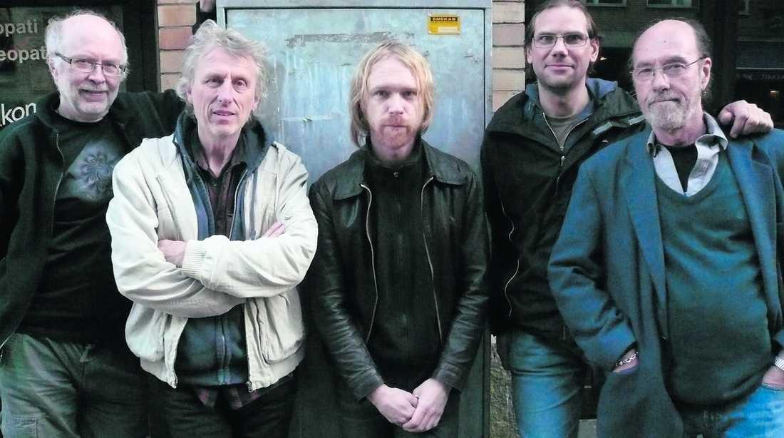 """Den 11 augusti avled musikern Torbjörn Abelli (längst till vänster), 65, i borrelia. Symptomen började med att hans ben blev förlamade och han lades in på sjukhus. Här står han tillsammans med medlemmarna i proggbandet """"Träd, Gräs och Stenar""""."""