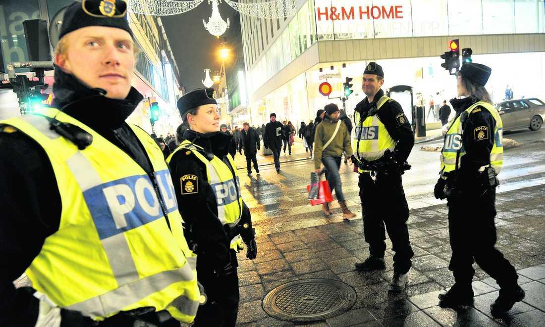 höjd säkerhet Säkerheten i centrala Stockholm är förhöjd efter terror- attacken i lördags. Nu kommer uppgifter från al-Qaidafångar i Irak att det planeras