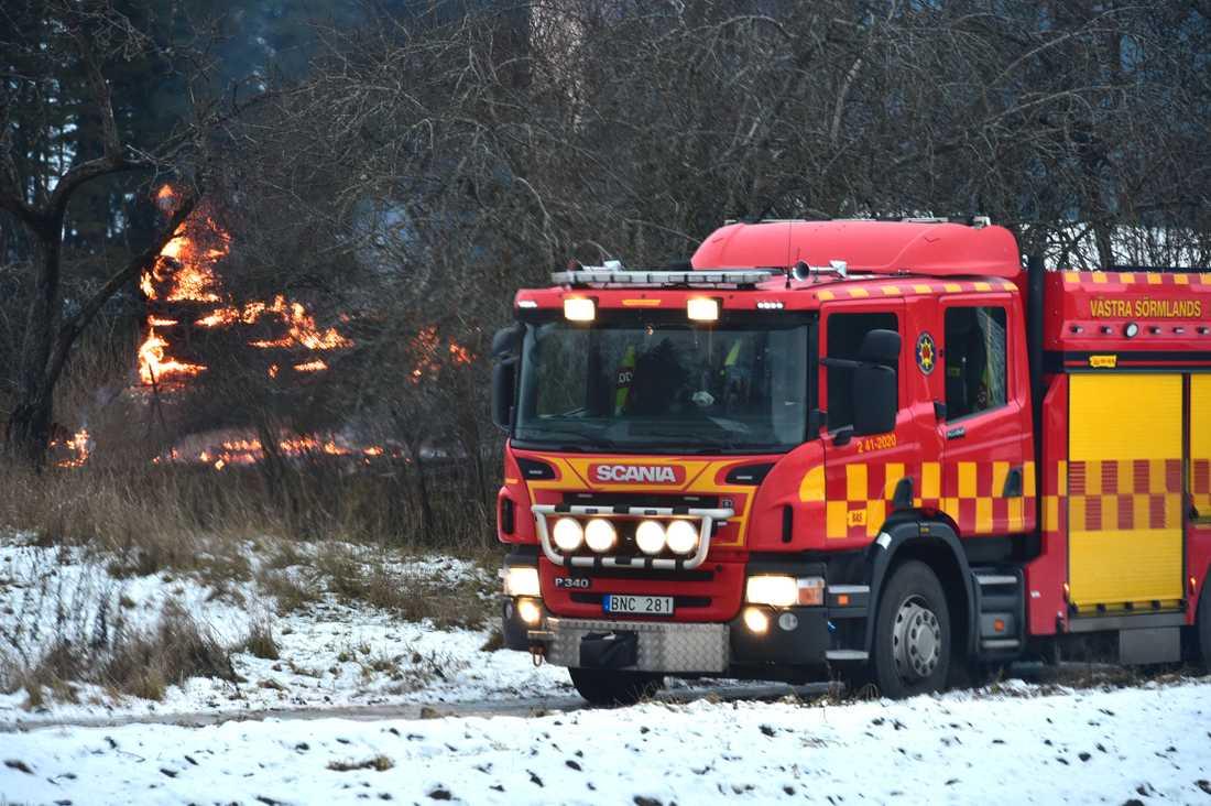 Polisen befarar att en man har omkommit i en villabrand norr om Katrineholm.
