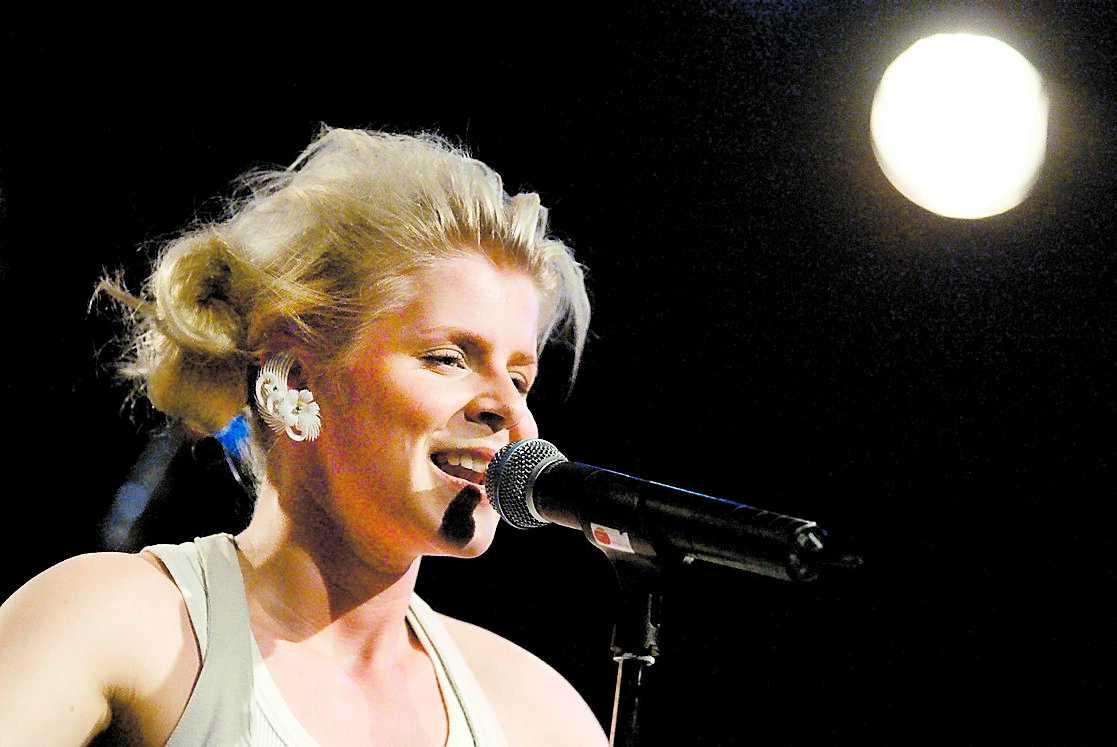 fyra blågula låtar Robyn är med och sjunger på Britneys nya album. Totalt har fyra av låtarna gjorts av svenskar.