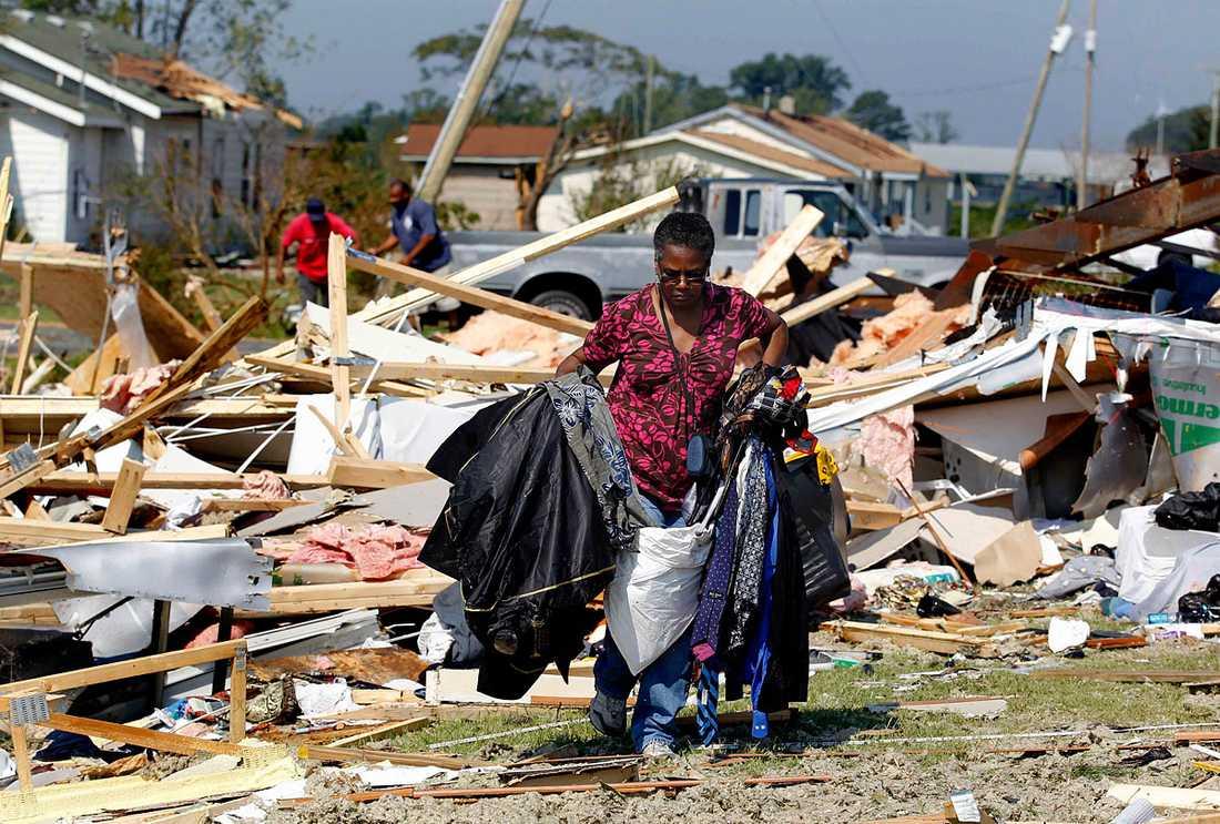 Columbia, North Carolina: Janie Gibbs hjälper till att städa upp vid en väns hus som förstörts i orkanen Irene.