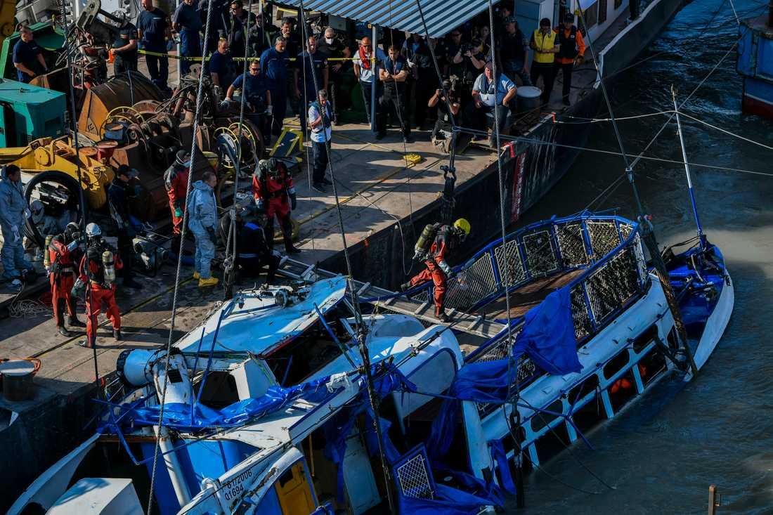 Olycksfartyget bärgades från Donaus botten under tisdagsmorgonen.