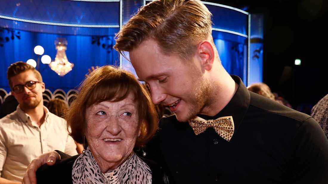 Viktor Frisk med mormor Berit.