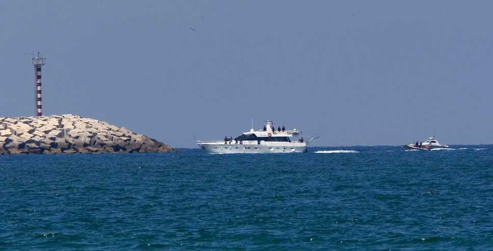 Ett av de första skeppen i konvojen kommer iland –eskorterat av israelisk militär.