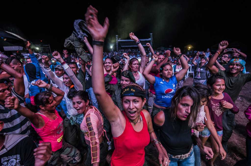 Farc-rebeller dansar efter överenskommelsen med den colombianska regeringen . AFP PHOTO / Luis Acosta / TT