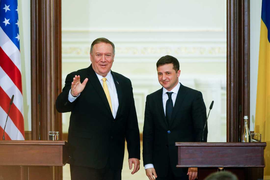 USA:s utrikesminister Mike Pompeo, till vänster, med Ukrainas president Volodymyr Zelenskyj efter de bådas gemensamma presskonferens i Kiev på fredagen.
