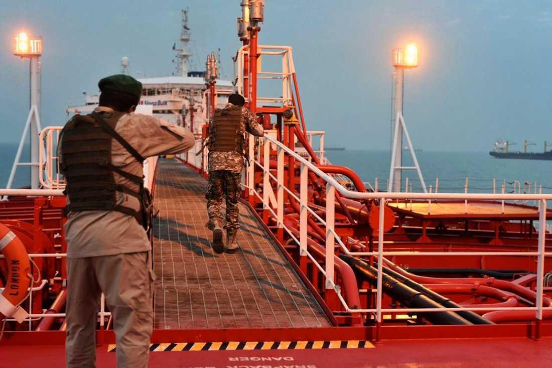 Iranska revolutionsgardet går ombord på det svenskägda, brittiskflaggade fartyget Stena Impero, som beslagtogs i juli.