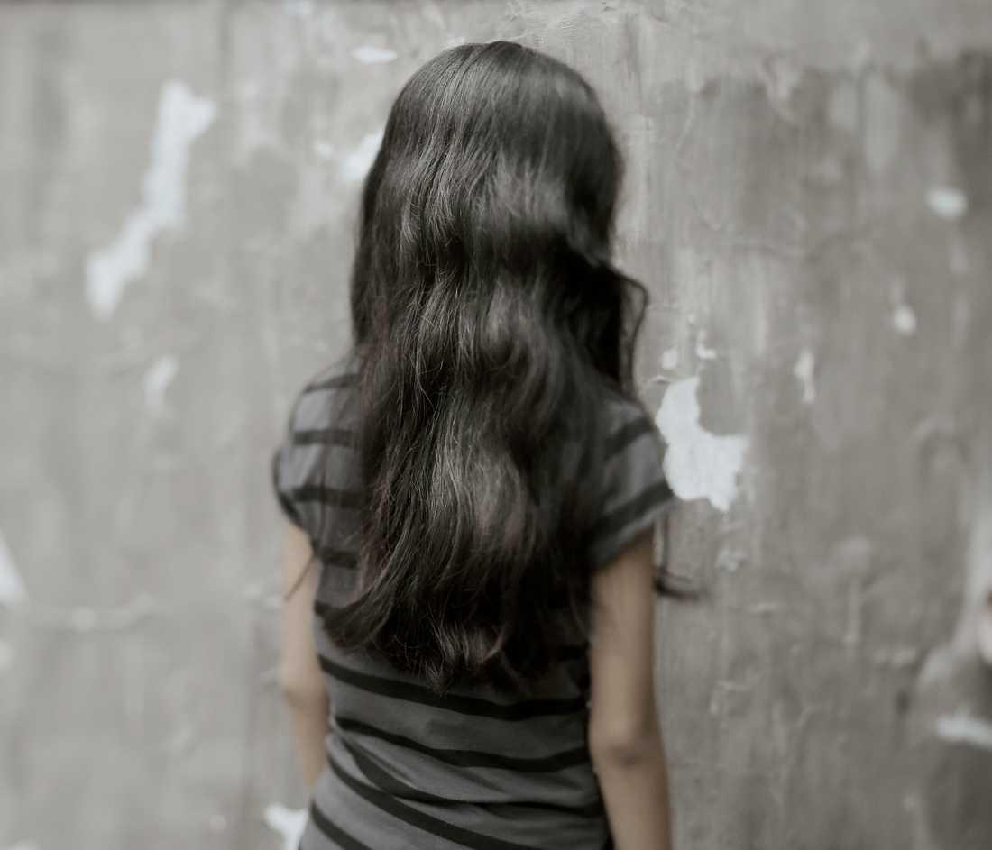 """Leah, 12 år Hon är en tystlåten flicka. Går nästan aldrig ut, enligt mamma. Två äldre systrar utnyttjade Leah. Pengarna behövdes för mat och att reparera huset. Leahs pappa är egentligen fiskare men försörjer sig med att köra cykeltaxi. Systrarna pratade aldrig med Leah efteråt om det som hänt. Mamma hämtade ut pengarna. Säger om sig själv: """"Jag tycker om musik och tycker inte om gräl och fula ord."""""""