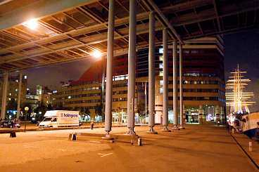 ÖVERFÖLLS MITT I KALASET En 13-årig flicka våldtogs vid 16-tiden i söndags i centrala Göteborg. Hon hade inte en chans mot de två gärningsmännen.