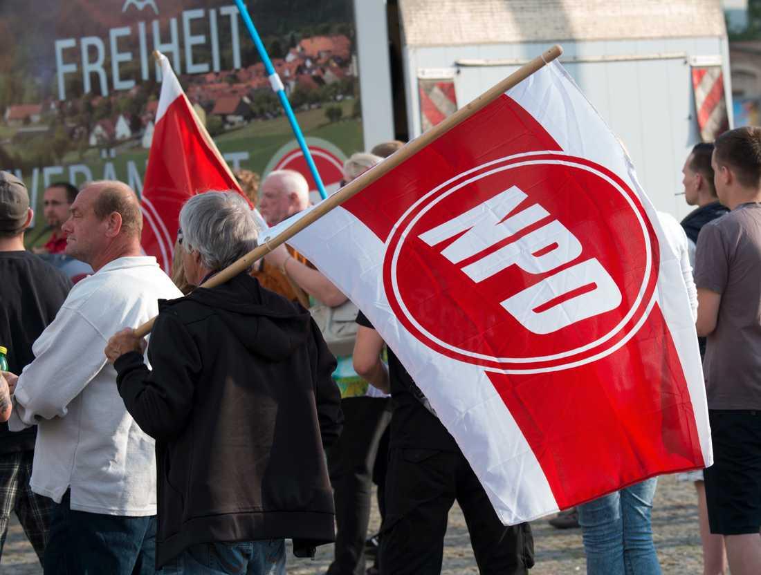Anhängare till Tysklands Nationaldemokratiska parti, NPD, vid en demonstration i Dresden 2016.
