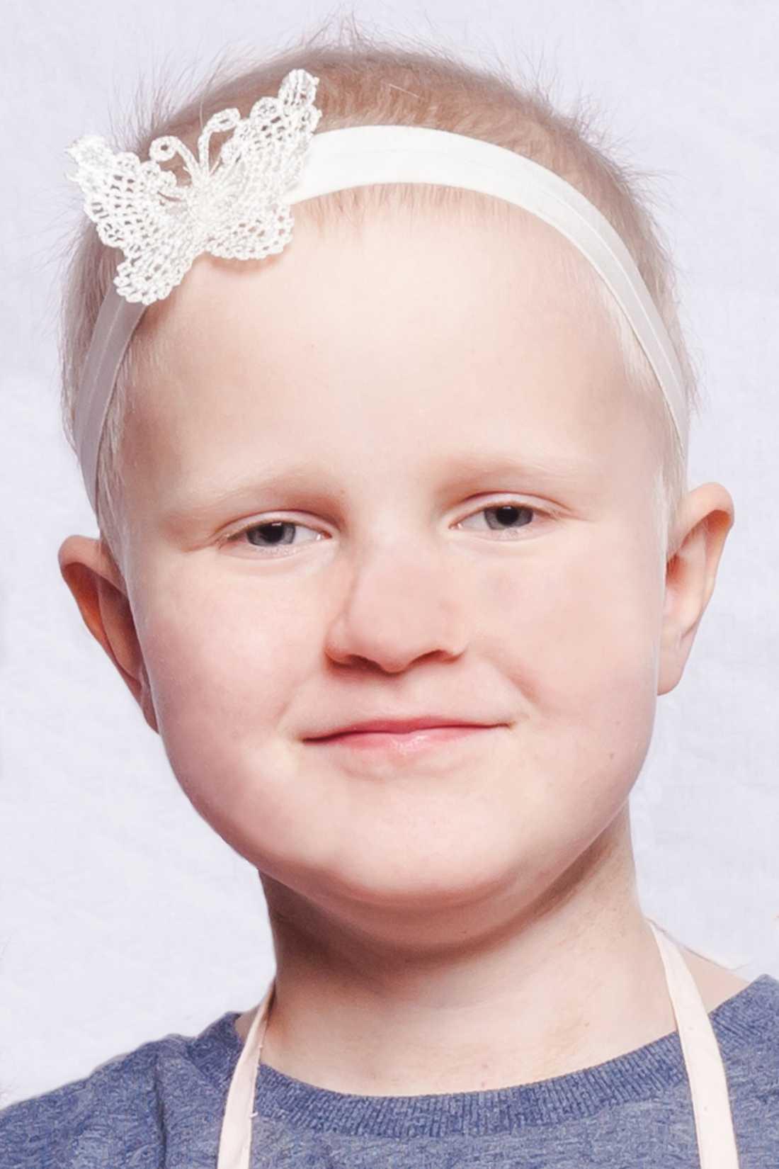 Juva är sex år gammal och bor i Alby.Fick i maj 2016 diagnosen ALL; Akut lymfatisk leukemi, efter en extremt lång insjuknandeperiod. Det värsta med behandlingen har varit de svåra krampanfall hon drabbats av i samband med tre av lumbalpunktionerna hon ska få var åttonde vecka behandlingen ut. Juva är en bestämd tjej som nu är full av energi igen, och hon har följt sina behandlingar och undersökningar med stort intresse.