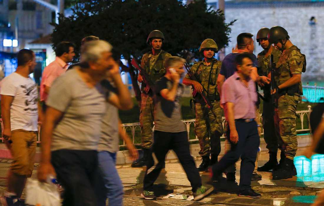 Turkisk militär står vakt vid Taksimtorget i Istanbul.