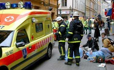 körde i hög fart in på gågata En bilist körde i hög fart rakt in i folkmyllret på Västerlånggatan i Gamla stan, Stockholm, på lördagförmiddagen. Stort pådrag med polis och ambulanser ryckte ut för att ta hand om skadade och chockade.