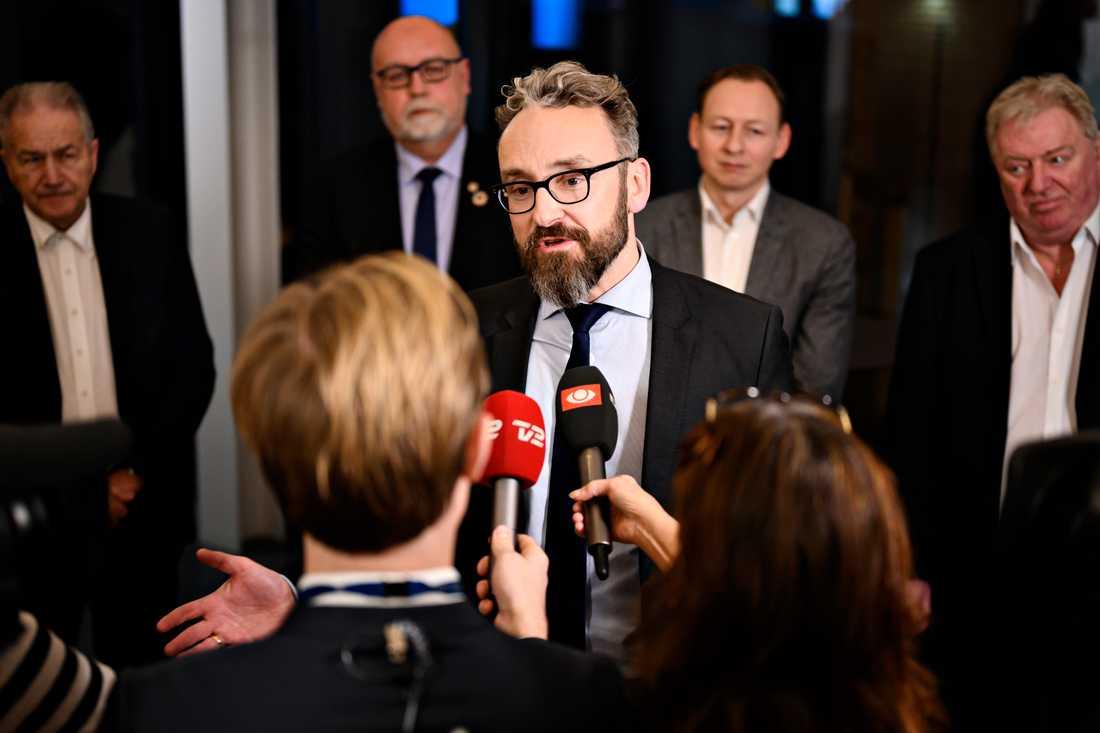 Danmarks transport-, byggnads- och bostadsminister Ole Birk Olesen intervjuas omgiven av Leif Mikkelsen (LA), Kristian Pihl Lorentzen (V), Anders Johansson (K) och Kim Christiansen (DF).