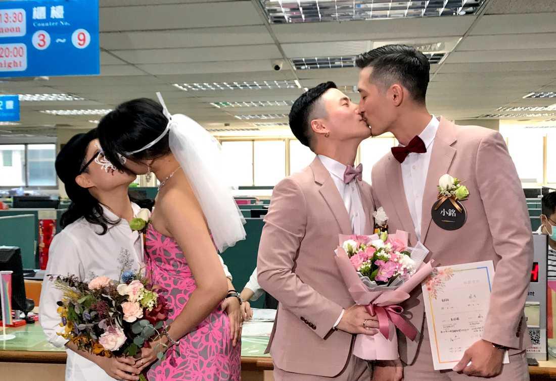 Två par firar sin vigsel på ett myndighetskontor i Taipei, Taiwan på fredagen.