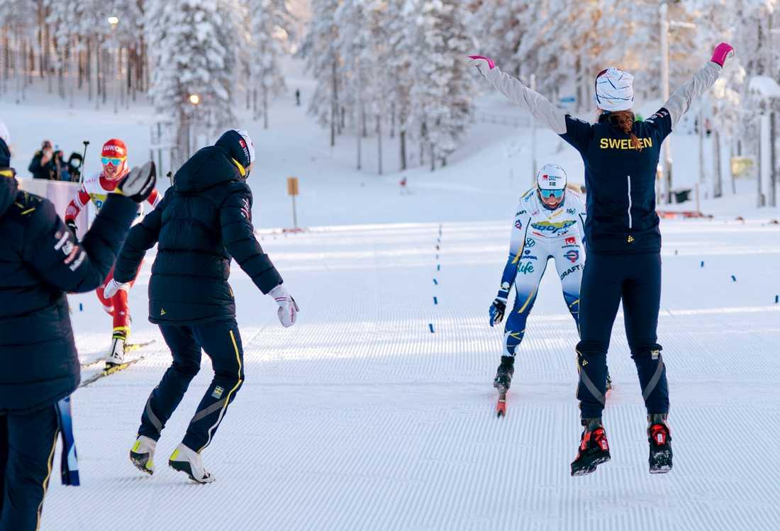 Moa Hansson går i mål strax före Ryssland.