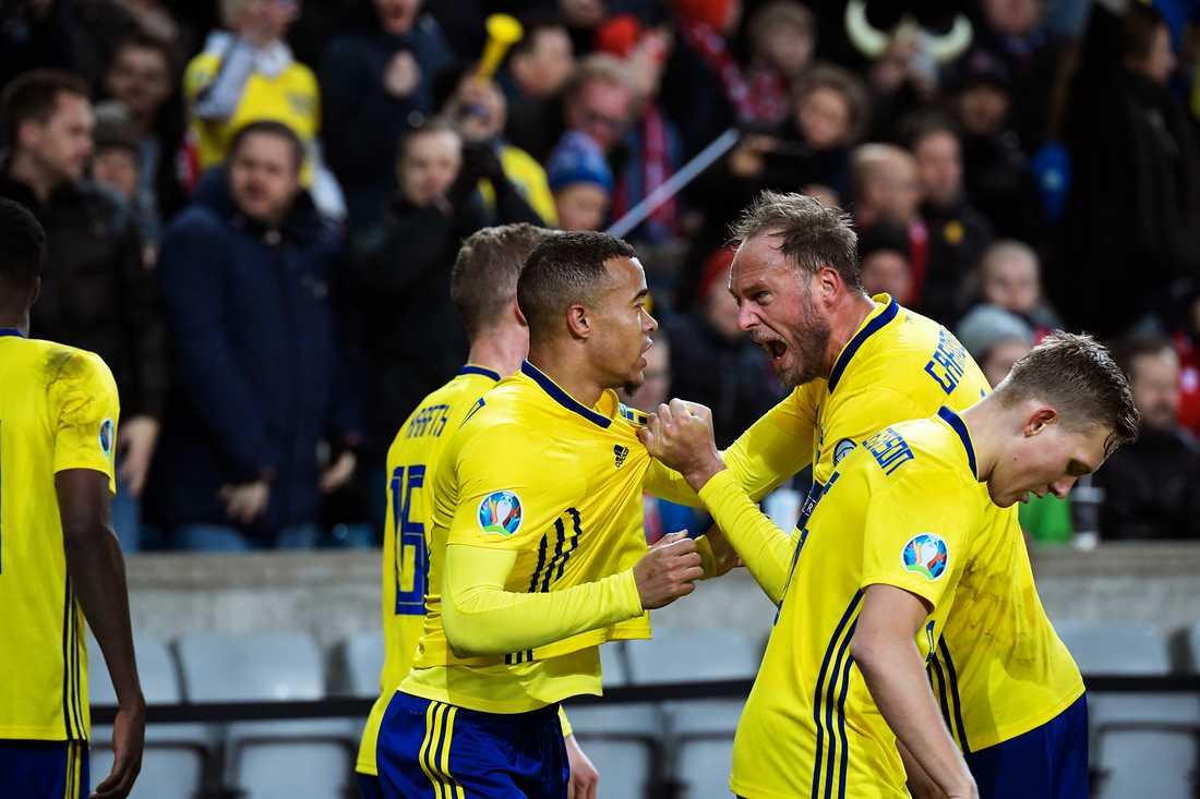 Robin Quaison och Andreas Granqvist jublar under matchen mot Norge