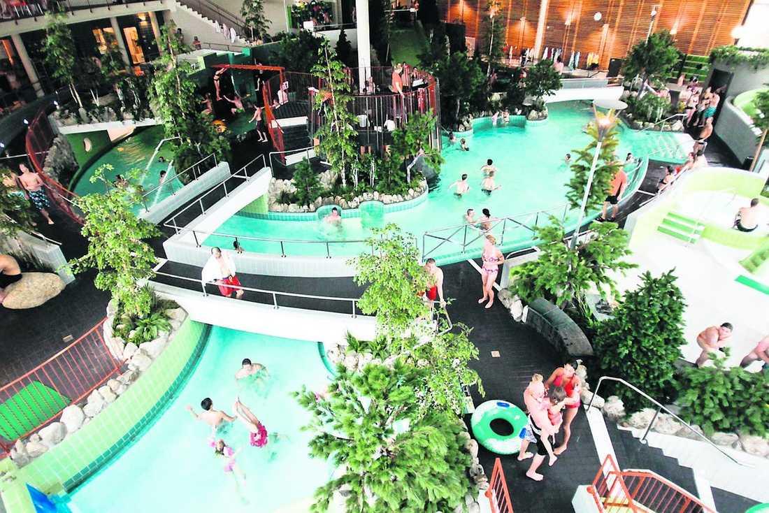 Sundsvalls kommun har skurit ner inom både omsorg och skola – men har satsat på ett nytt äventyrsbad i stället.
