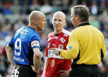 """vilket skitsnack! Henrik Rydström, i mitten, snackar riktigt mycket skit, både enligt Canal plus enkät och enligt sig själv. """"Jag hade inte velat lyssna på mig själv"""", säger han till Sportbladet. Här får dock Magnus """"Turbo"""" Svensson och domaren Åke Andreasson lyssna på vad han har att berätta."""