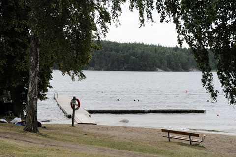 Här på Kaananbadet i Grimsta nära Hässelby Strand, Stockholm drunknade en 14-årig flicka förra sommaren.