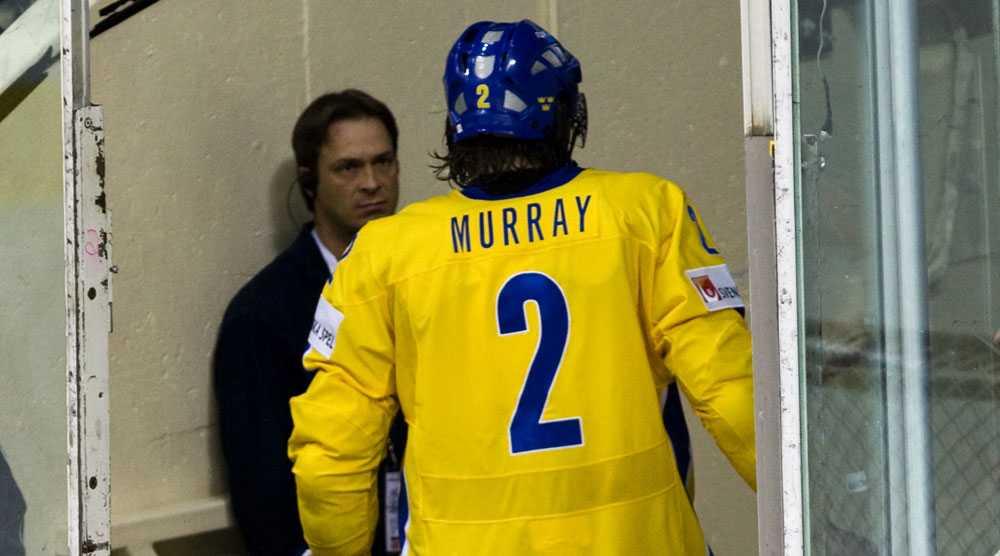 Douglas Murray lämnar isen efter att ha fått matchstraff.