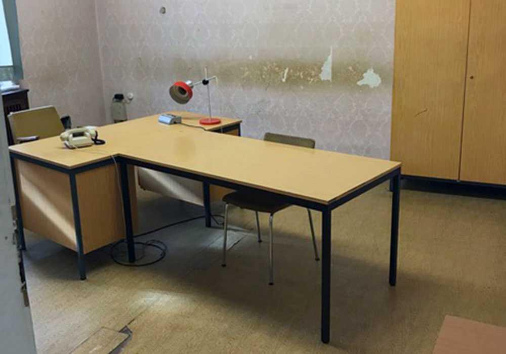 Även skrivbordet är slitet, mest till höger.