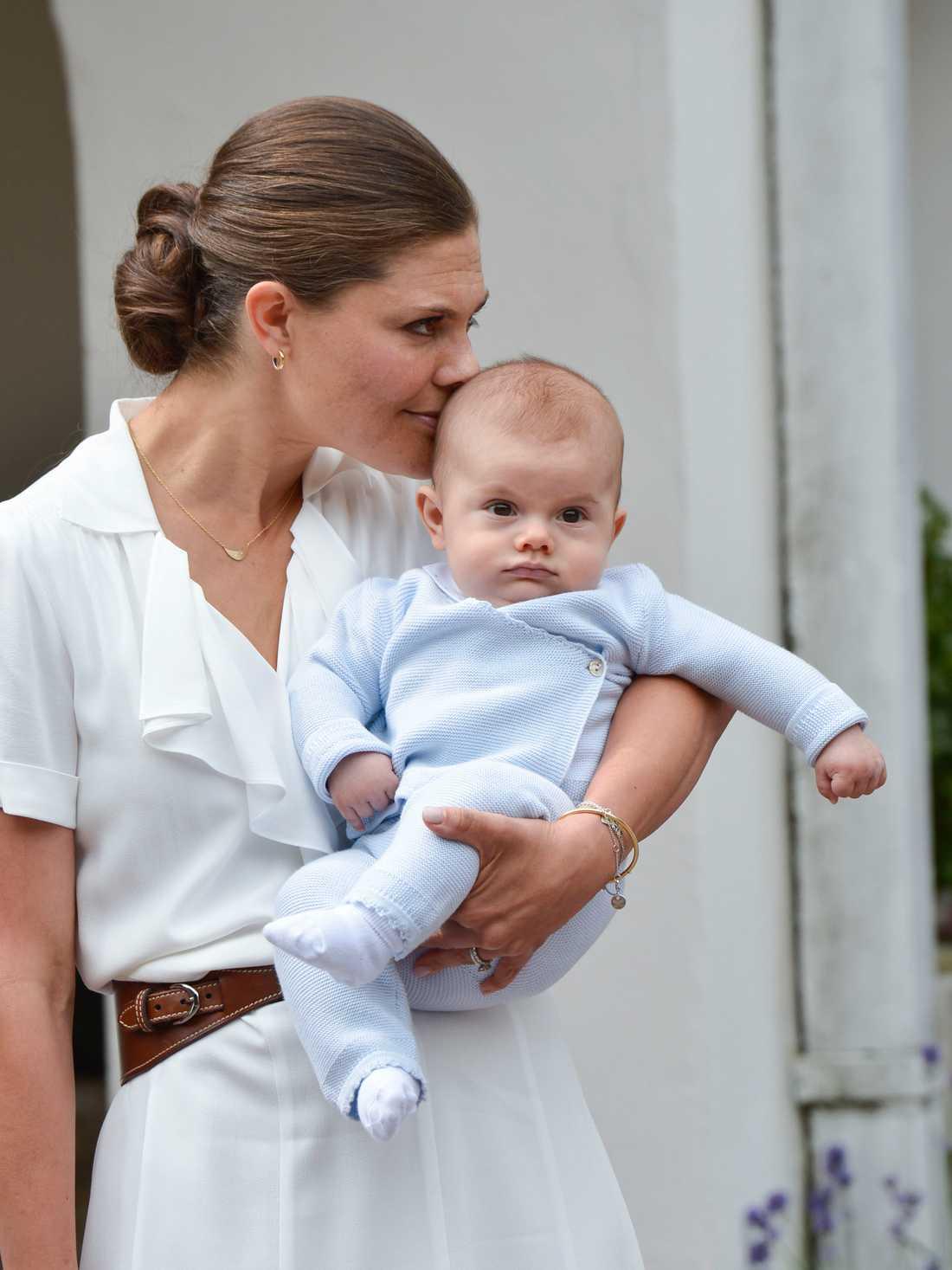 Prins Oscar med mamma Victoria.