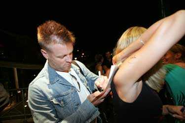 """Micke """"Syd"""" får skriva autograf utanför Gessles hotell i Tylösand."""