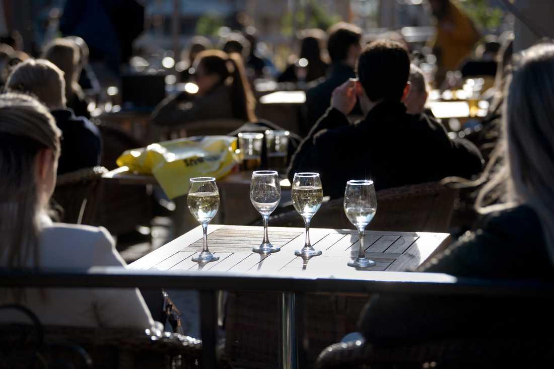 Trängsel på uteserveringar kan leda till att restauranger och barer tvingas stänga. Bilden är tagen på Medborgarplatsen i Stockholm den 26 mars. Arkivbild.