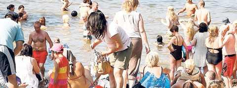 Hemmasemester Många svenskar åker bort under sommarsemestern. Andra har inte den möjligheten.