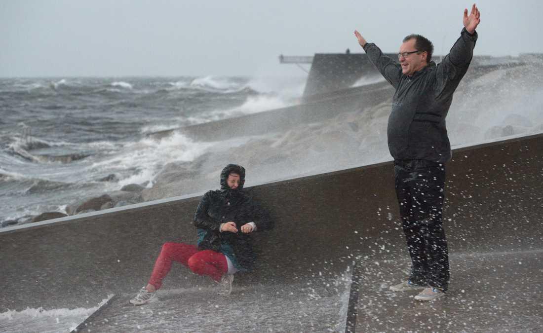 Per och Marlene tittar på stormen Simone vid Sundspromenaden den 28 oktober 2013.