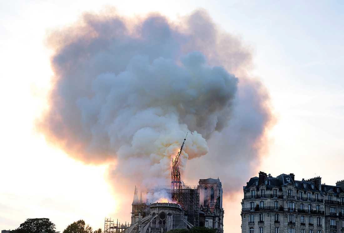 Reliker från Paris skyddshelgon Sankta Genoveva förvarades i den störtade spiran.