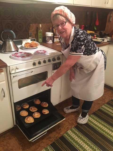 Inger Andreassen, 80, poserar tillsammans med sin spis.