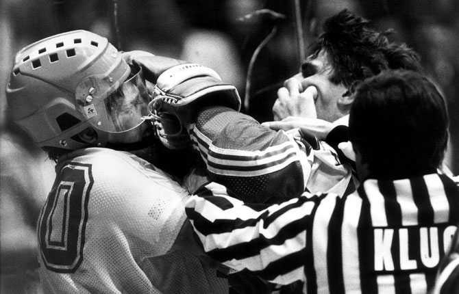 Aleksej Kasatonov i handgemäng med Tre Kronors Uffe Samuelsson. Bilden är från ishockey-VM i Tjeckoslovakien 1985.