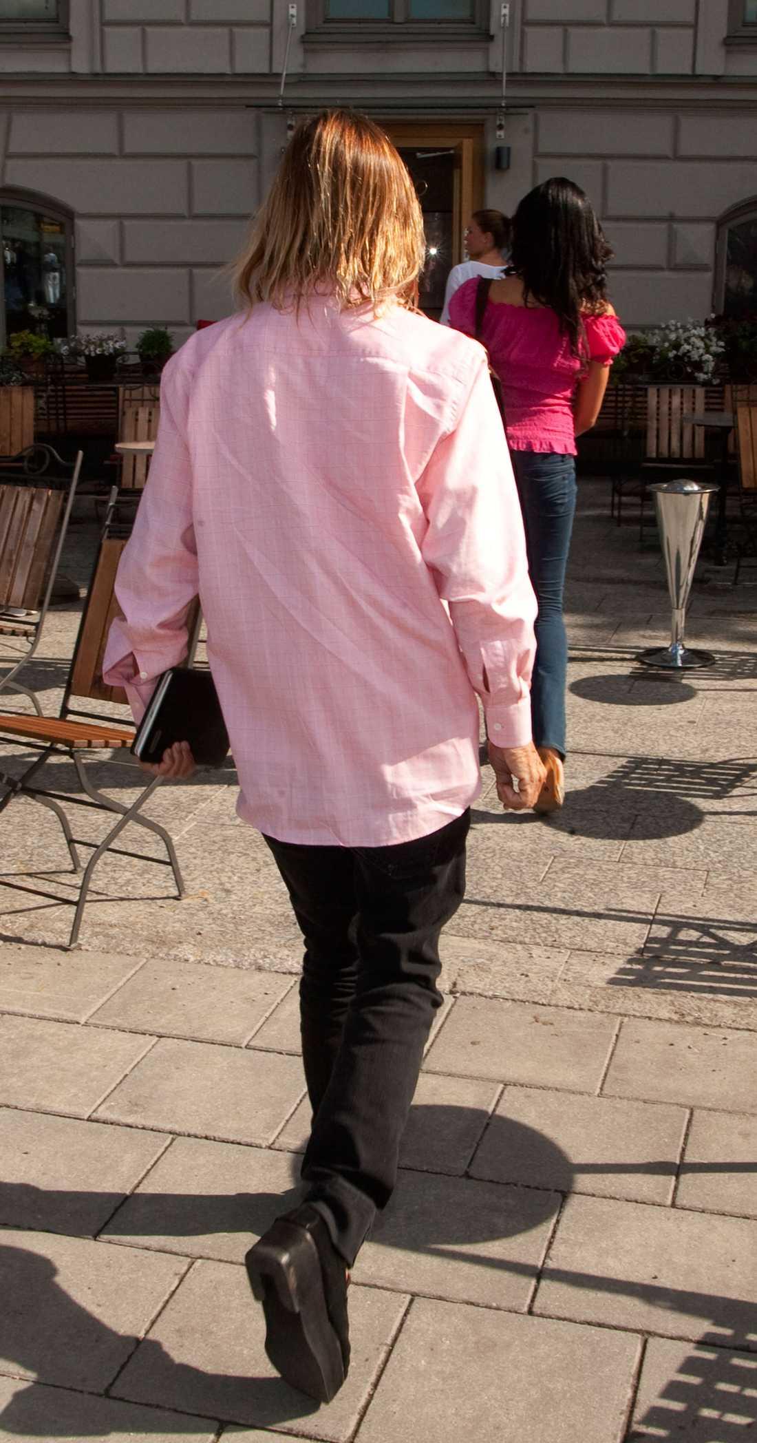 Iggy var klädd i rosa skjorta, svarta jeanas och på fötterna hade han påbyggda lofers.