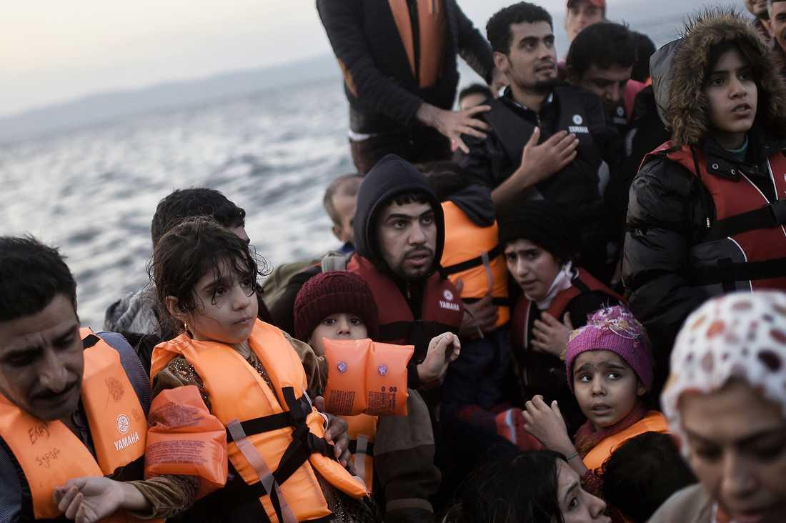 Tusentals flyktingar anländer via båt till de grekiska öarna varje dag. Den här båten kom över Egeiska havet till Lesbos 8 oktober.